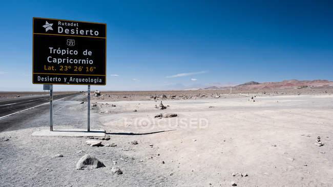 Знак, указывающий Тропик Козерога в пустыне Атакама, Чили — стоковое фото