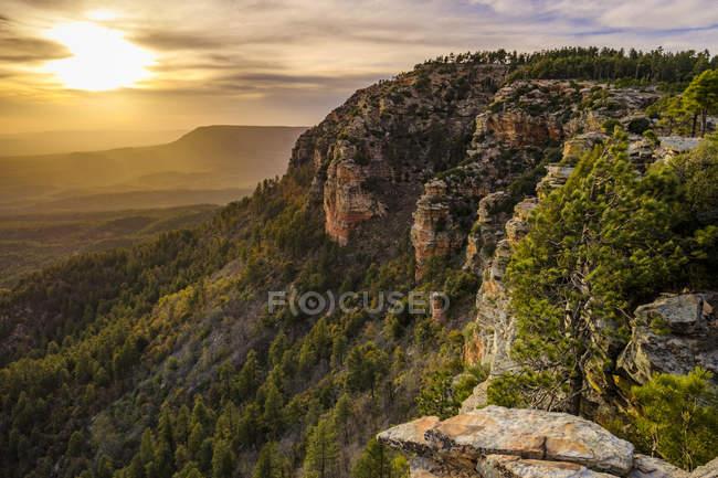 Cenário majestoso com falésias ao pôr do sol, Mogollon Rim, Arizona, EUA — Fotografia de Stock