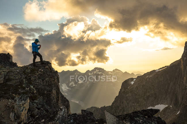 Majestätische Foto mit Bergsteiger fotografieren Blick bei Sonnenuntergang in North Cascade Mountain Range, Chilliwack, Britisch-Kolumbien, Kanada — Stockfoto