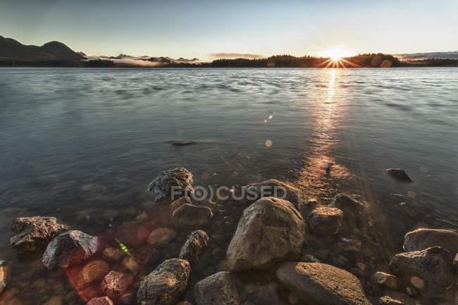 Схід сонця над прибережних скель, приливної зони — стокове фото