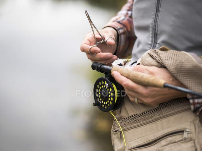 Крупним планом людини, що працює на льоту рибальські снасті — стокове фото