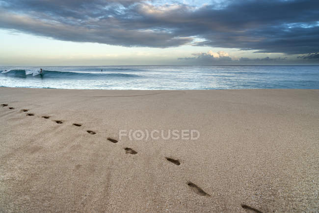 Fußspuren im Sand am Strand Pupukea, am North Shore von Oahu, Hawaii. — Stockfoto