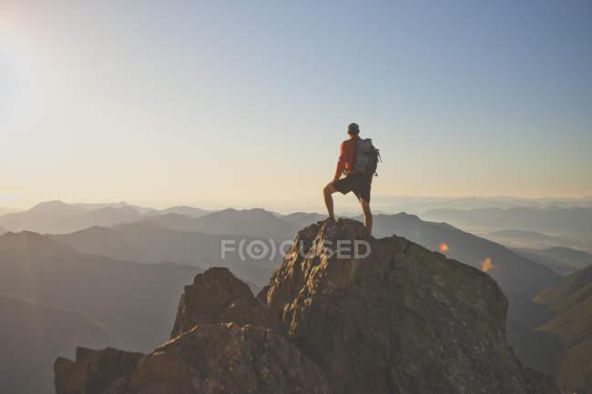Fotografía de mochilero aventurero en la montaña pico, estado del Parque Nacional de North Cascades, Washington, Estados Unidos - foto de stock