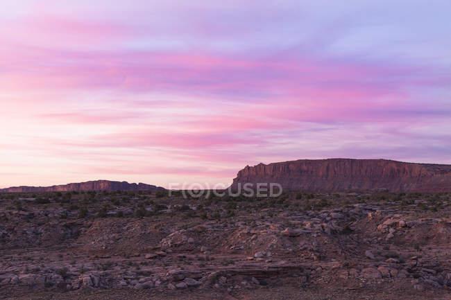 Majestoso cenário deserto com o nascer do sol para mesa fora do Parque Nacional de Arches, Moab, Utah, EUA — Fotografia de Stock