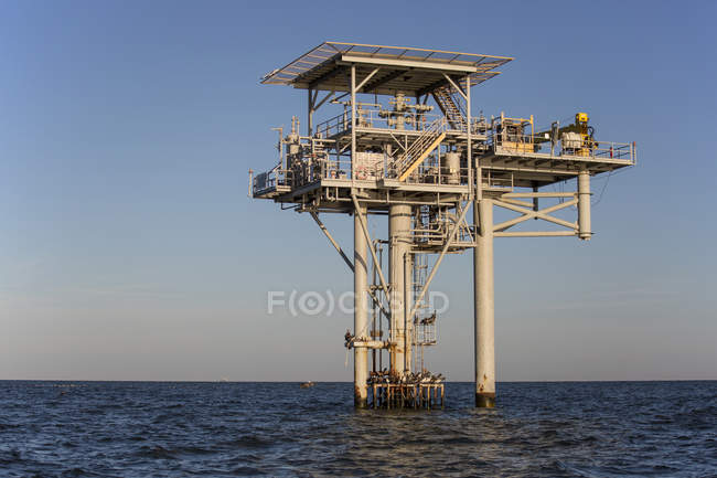 Oil platform against clear sky at dawn, Lake Charles, Louisiana, USA — Stock Photo