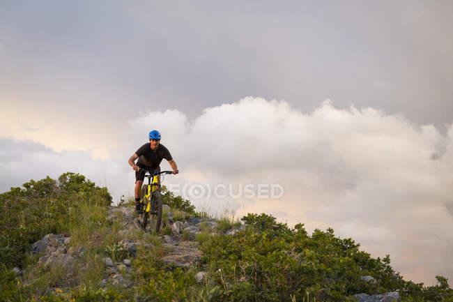 Vélo de montagne d'homme sur le sentier rocheux — Photo de stock