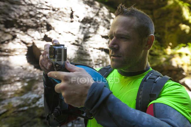 Foto eines Mannes beim Canyoning im Deneau Creek, Hope, British Columbia, Kanada — Stockfoto