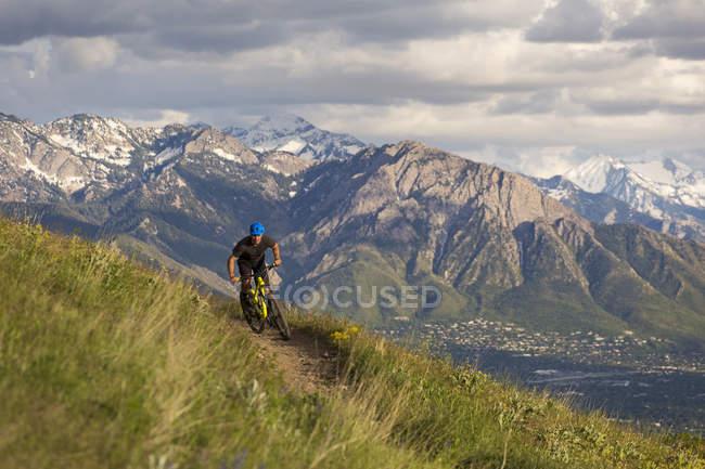 Велотур на гору Олімп на фоні штату Юта, США — стокове фото