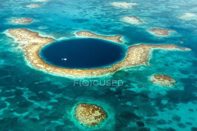 Vista aerea di Great Blue Hole ed elicottero — Foto stock