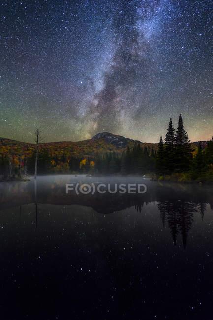 Milchstraße über mittlere Zuckerhut und Teich in New Hampshire — Stockfoto