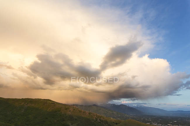Wolken am blauen Himmel über grünen Berge tagsüber, Salt Lake City, Utah, Usa — Stockfoto