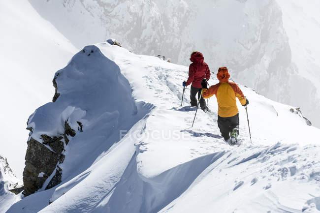 Homme et femme randonnée crête enneigée, forêt nationale de San Juan, Silverton, Colorado, é.-u. — Photo de stock