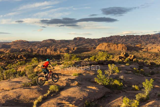 Vélo de montagne d'homme sur le sentier de capitaine Achab à Moab, Utah — Photo de stock