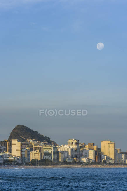 Vista da Praia do Vidigal para Praia de Ipanema, com lua cheia subindo no céu, Rio de Janeiro Rj — Fotografia de Stock