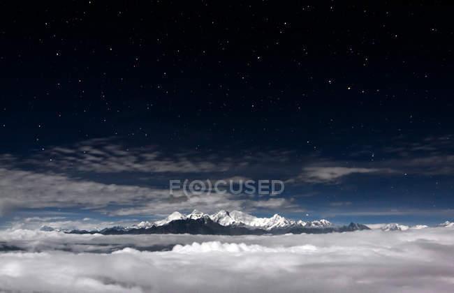 Malerische Aussicht auf Berge und Sterne am Himmel in der Nacht — Stockfoto