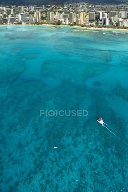 Вертикальный картину парусная лодка под парусом от пляжа Вайкики в Гонолулу — стоковое фото