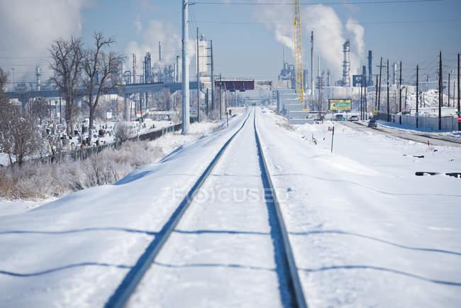 Зимова сцена вулиці за межами Денвер, Колорадо заповнений композиції поїзда, є кладовища і заводи — стокове фото