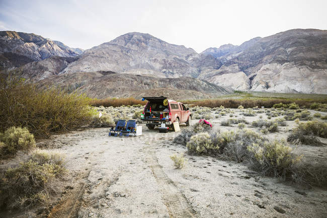 Carro camping en el desierto de Salinas Valley, Parque Nacional Death Valley, California, Estados Unidos - foto de stock