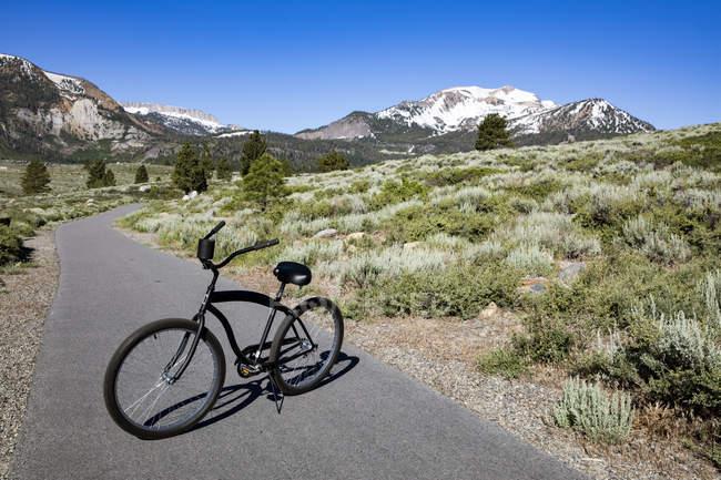 Unique noir vélo garé sur le chemin de randonnée, Mammoth Lakes, Californie, é.-u. — Photo de stock
