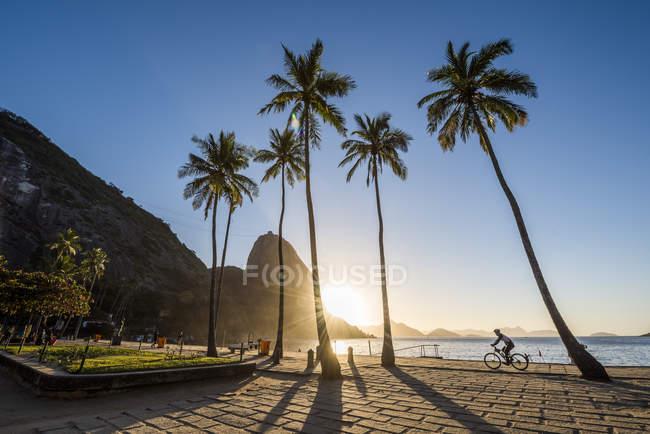 Nascer do sol na Praia Vermelha com vista do Pao de Acucar montanha localizado no bairro da Urca, Rio de Janeiro, Brasil — Fotografia de Stock