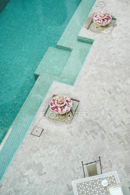 Details der arabischen Architektur und Schwimmbad, Medina, Marrakesch, Marokko — Stockfoto