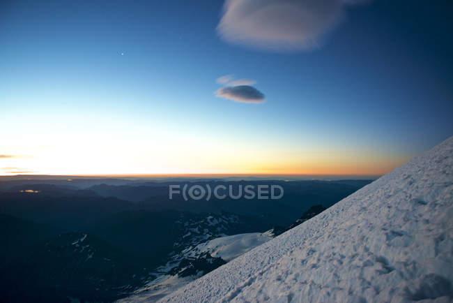 Lever de soleil vu depuis la route d'escalade sur le Mont Rainier, Parc National du Mont Rainier, Washington State, Usa Emmons-Winthrop — Photo de stock