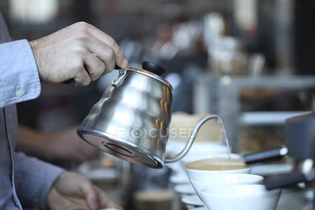 Barista Holding Wasserkocher während der Vorbereitung Gießen über Kaffee in Coffee-shop — Stockfoto