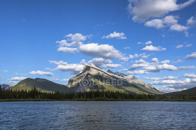 Majestic natural scenery of Mount Rundle and Vermilion Lakes in Banff National Park, Alberta, Canada — Stock Photo