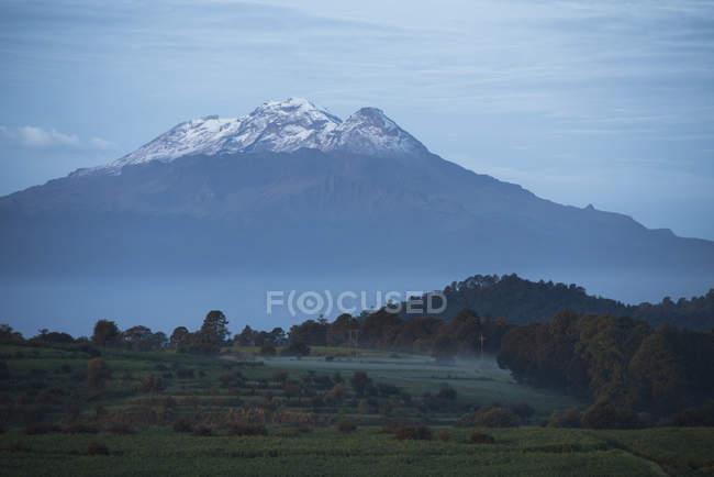 Вид на вулкан Iztaccihuatl поблизу міста з Сан Феліпе Hidalgo в Tlaxcala, Мексика — стокове фото