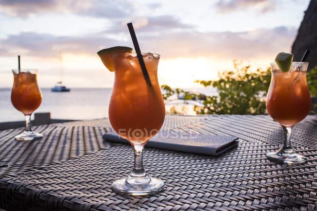 Nahaufnahme der erfrischende Cocktails mit einem Strohhalm auf Tischplatte und unscharfen Hintergrund — Stockfoto