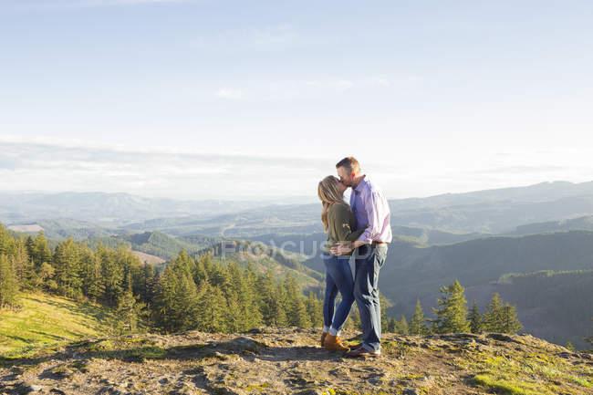 Paar küssen mit Coburg Hills Ridgeline im Hintergrund von Pferd Felsgrat in Marcola, Oregon, Usa — Stockfoto