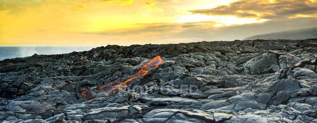 Lava fresca rompendo em Kalapana fluxos de lava, na grande ilha do Havaí — Fotografia de Stock