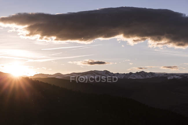 Beautiful natural scenery with mountains at sunrise seen from Lost Gulch Lookout, Indian Peak Wilderness, Boulder, Colorado, USA — Stock Photo
