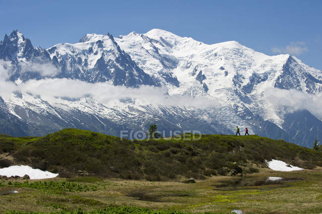 Seitenansicht von Mann und Frau in La Flegere Bergen Wandern — Stockfoto