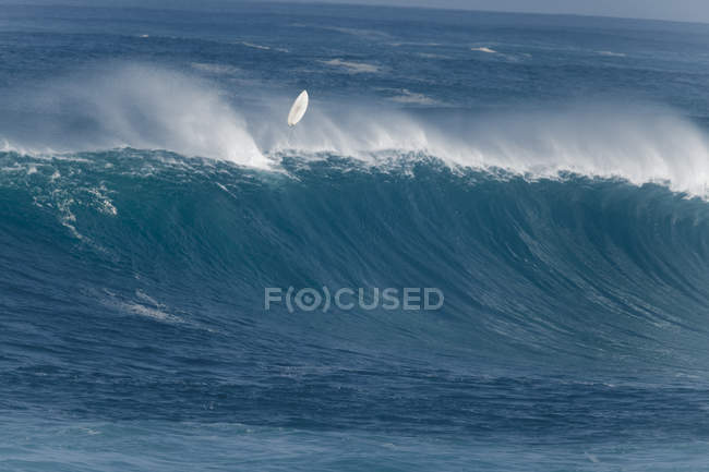 Surfer wiping out on a huge wave at Waimea Bay — Stock Photo