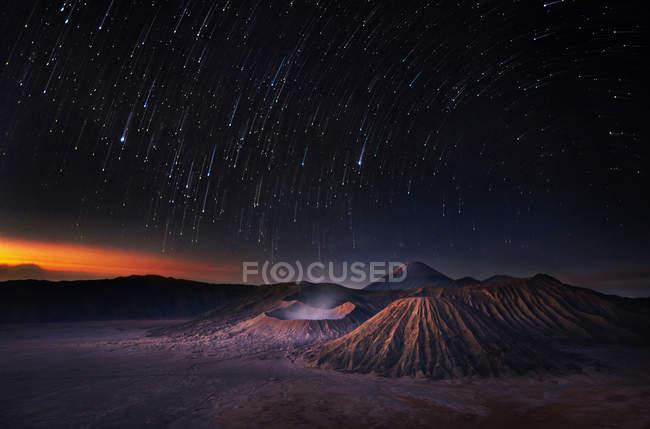 Мальовничий вид на бром і небо повне зірок уночі — стокове фото