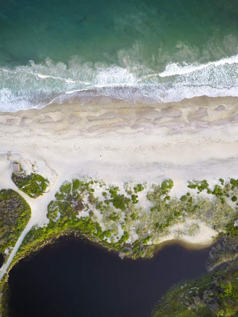 Sobrecarga vertical drone aéreos de Rhode Island beach - foto de stock