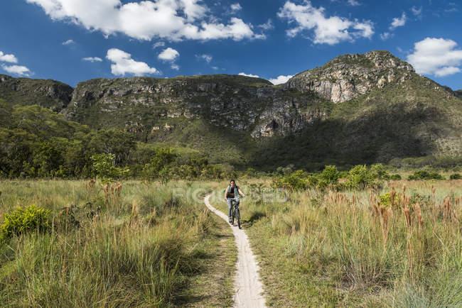 Woman riding adventure bike in Serra do Cipo National Park, Minas Gerais, Brazil — Stock Photo