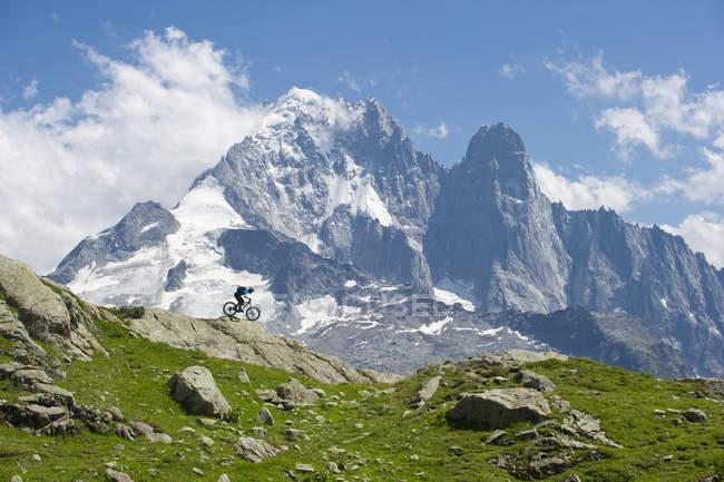 Man riding on bike in mountain landscape — Stockfoto
