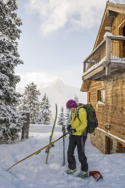 Skifahrerin Vorbereitung für Skitouren, San Juan National Forest, Silverton, Colorado, Usa — Stockfoto