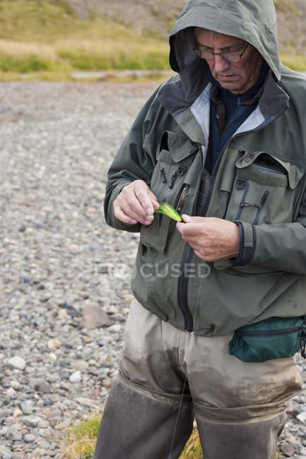 Uomo anziano selezione mosche di pesca a Mosca — Foto stock