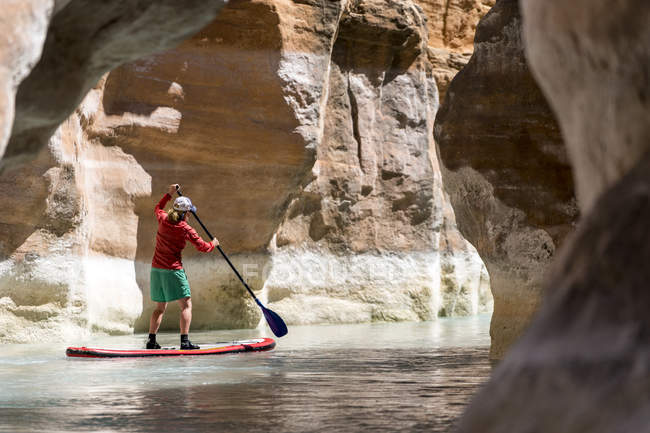 Seitenansicht der Frau auf Paddleboard, Havasu River, Grand Canyon, Arizona — Stockfoto