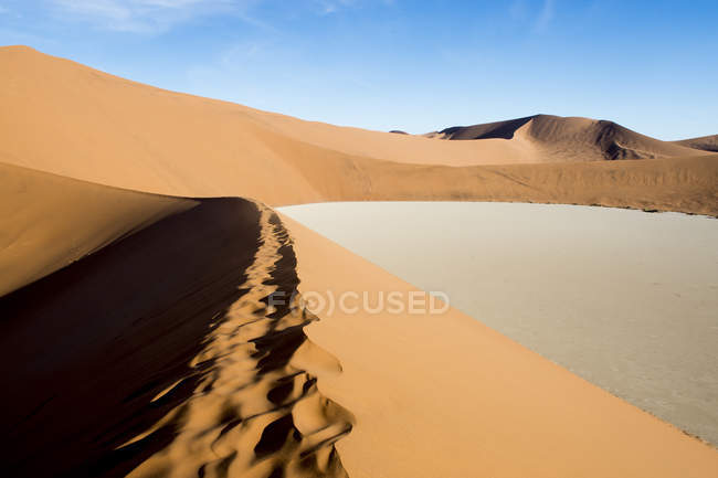 Desert scenery with path along the top of sand dune, Deadvlei, Sossusvlei, Namib Naukluft National Park, Namib Desert, Namibia — Stock Photo
