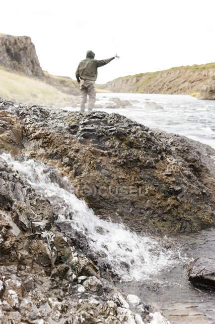 Человек, стоящий на скалах возле реки Norur, Исландия. — стоковое фото