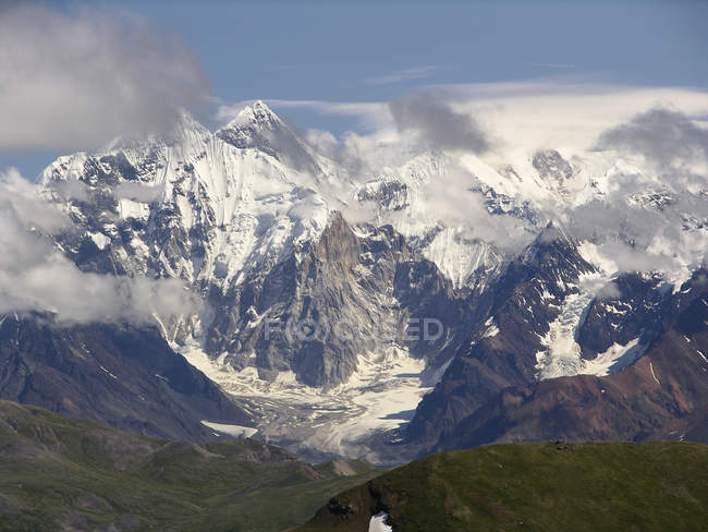 Beautiful scenic view of Mount Logan and sky — Stock Photo