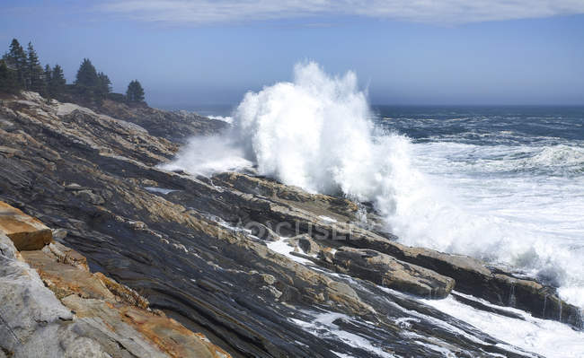 Waves froth onto rugged granite shoreline in Maine after offshore storm — Stock Photo