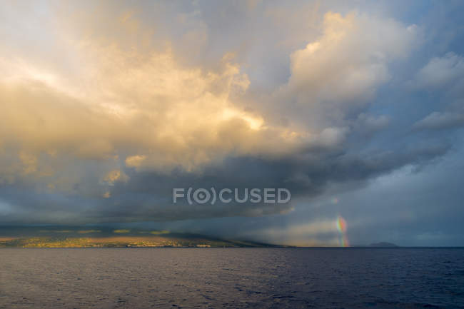 Rainbow over island of Maui — Stock Photo