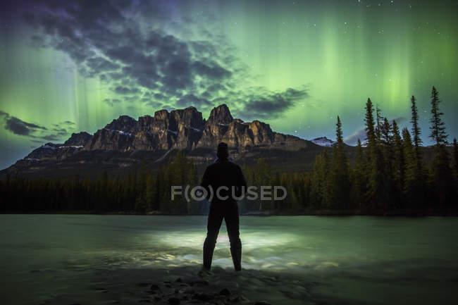 Mann, der unter der Aurora Borealis — Stockfoto