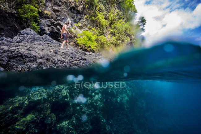 Mensch, bereit für den Sprung von Klippe ins Meer — Stockfoto