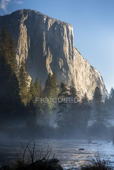 Vue de la vallée d'Yosemite au lever du soleil. Ca, é.-u. — Photo de stock